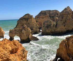 Felsklippen beim Wandern an der Algarveküste