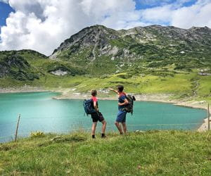 Wanderer am Formarinsee in Lech am Arlberg
