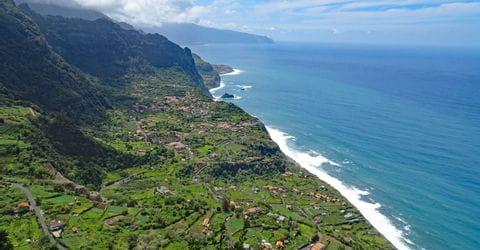 Atemberaubendes Wanderpanorama auf die Küste von Sao Jorge