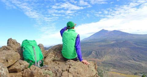 Wanderer mit beeindruckendem Gipfelblick vom Pico del Teide