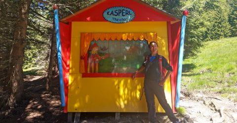 Christina vor dem Kasperltheater im Wald