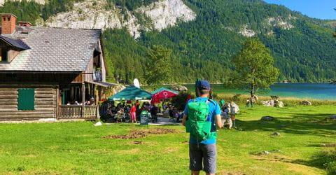 Wanderer beim Gasthaus am Altauseer See