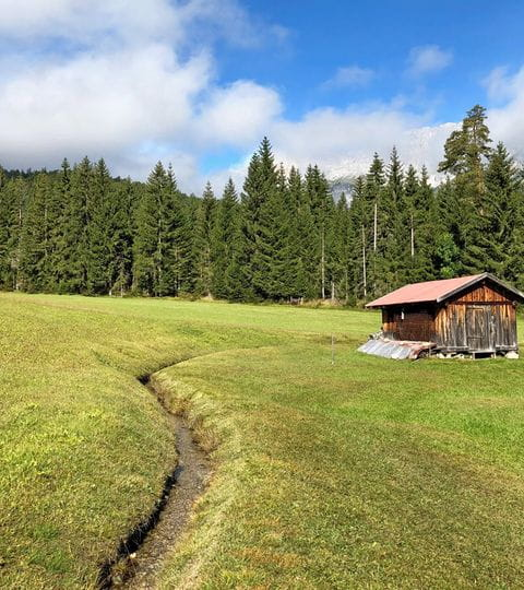 Ausblick auf eine kleine Hütte in Leutasch