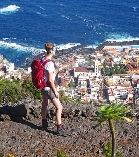 Wanderer auf dem Wanderpfad mit Ausblick auf Garachico