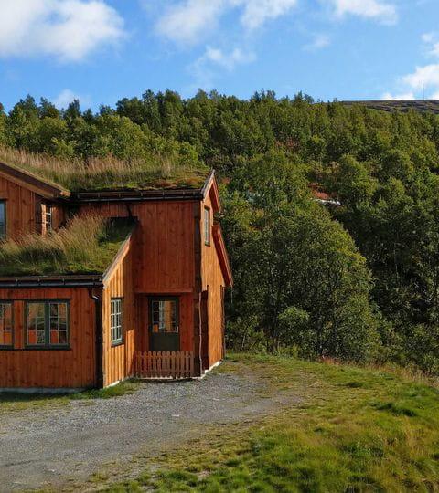 Hütte am Fluss im Nationalpark Jotunheimen