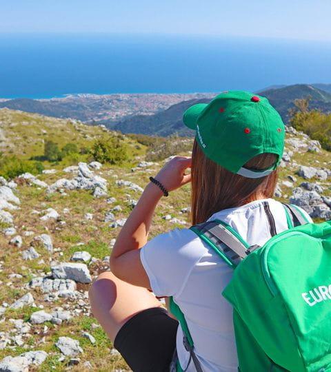 Wanderin mit Panorama auf die ligurische Küste