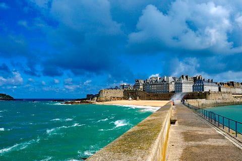 Schöner Wanderweg über das Meer nach St.-Malo