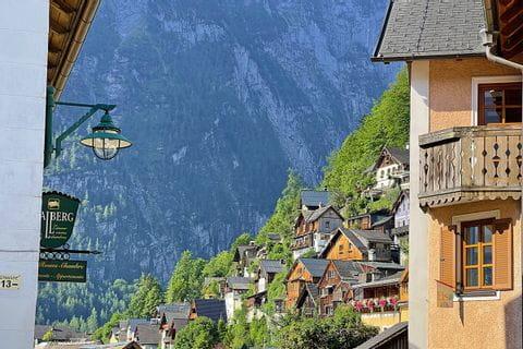 Berühmte Häuser am Bergrand von Hallstatt