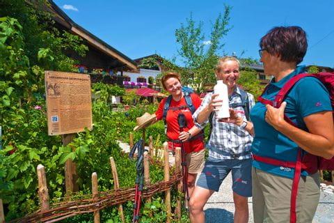 Wanderer beim Erkunden des Wanderpfades in Garmisch
