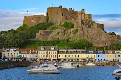 Wanderblick auf die älteste Burg Jerseys - Gorey