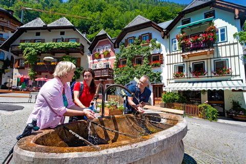 Erfrischung am Dorfbrunnen in Hallstatt