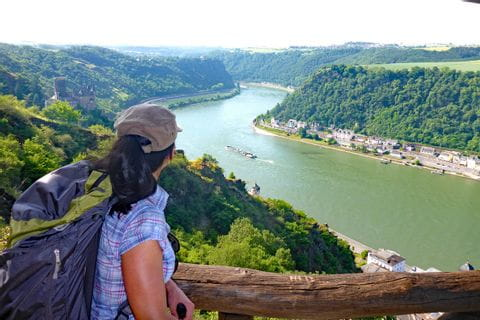 Wanderer mit Blick auf den Rhein und Burg Katz