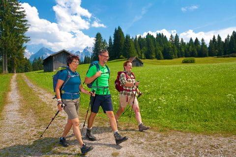 Wanderer am schönen Wanderweg im Bayrischen Alpenvorland