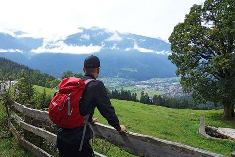 Wanderer mit Ausblick auf Telfs