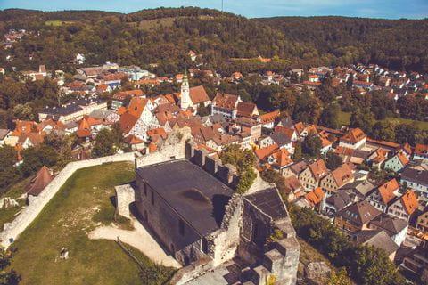 Panoramablick auf Altstadt im Naturpark Altmühltal