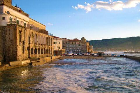 In Santa Maria di Castellabate grenzen die Gebäude direkt ans Meer an