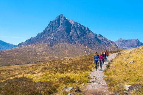 Wanderer vor dem Buachaille Etive Mòr in Glencoe
