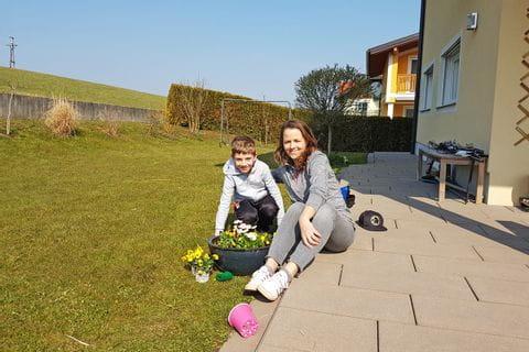 Isabella und Julian bei der Gartenarbeit