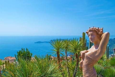 Weitblicke von einer Frauenstatue auf die Palmen, Bergdörfer und das Meer genießen
