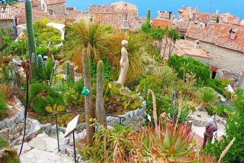 Bezaubender Pflanzengarten inmitten eines Übernachtungsortes an der Côte d'Azur