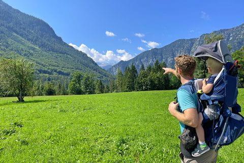 Vater und Sohn mit Kraxe beim Wandern im Koppental
