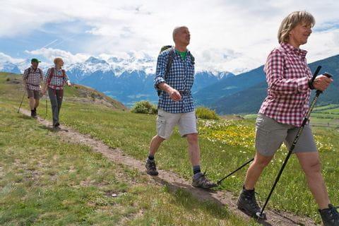 Wanderer am Wanderweg durch das Vinschgau