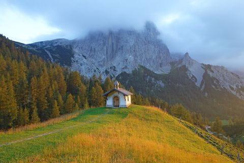 Ausblick auf eine Kapelle bei Sonnenaufgang