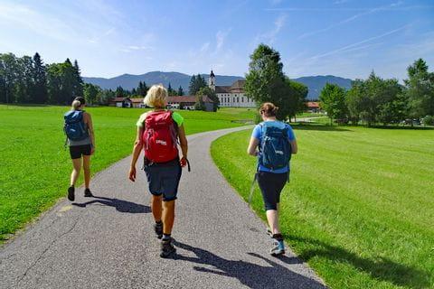 Wanderer am Weg zur Wieskirche