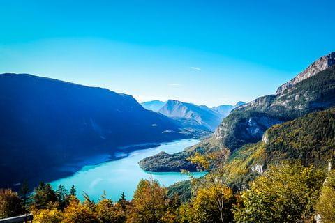 Herbstliche Wälder mit Ausblick auf den See