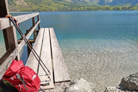 Rucksack am Ufer des Wolfgangsee