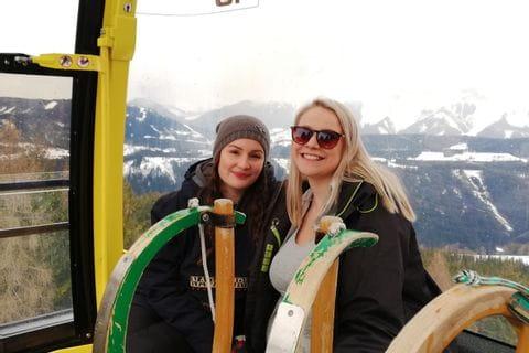 Helene und Christine beim Rodeln