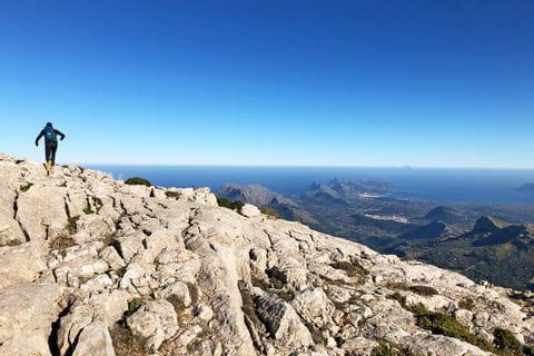 Wanderer auf den Felsen des Tramuntana Gebirges