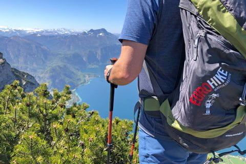 Wanderer mit Rucksack und Seeblick