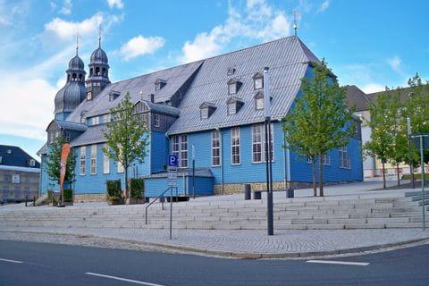 """Schöne himmelblaue Marktkirche """"zum Heiligen Geist"""" im Ort Clausthal"""