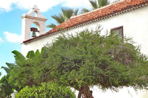 Wanderwege entlang einer schönen Kirche von Puerto del la Cruz