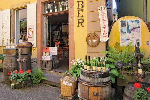 Typisch französische Vinothek entlang der Wanderreise