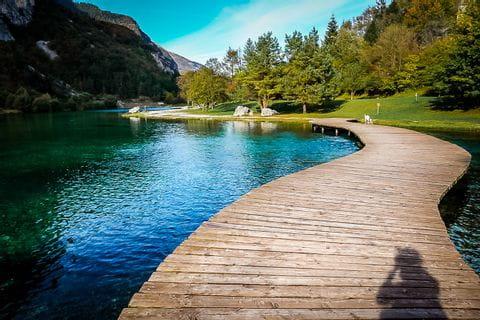 Steg am blau glitzernden Lago di Nembia