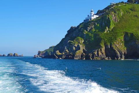 Bootsfahrt entlang der Küste zu nächsten Wanderetappe nach Sark