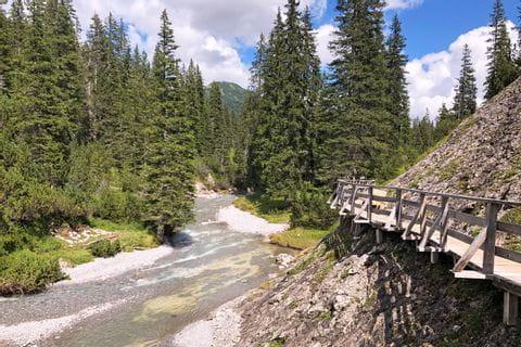 Aussichtsreiche Wandersteg am Lech Fluss