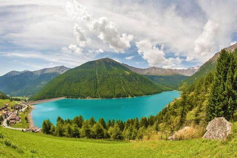 Traumhaftes Panorama auf den farbenprächtigen Bergsee