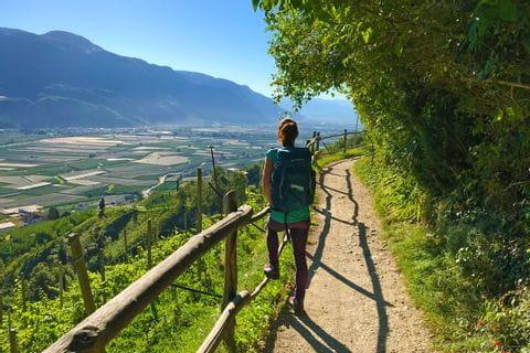 Wanderin am Wanderweg in Lana