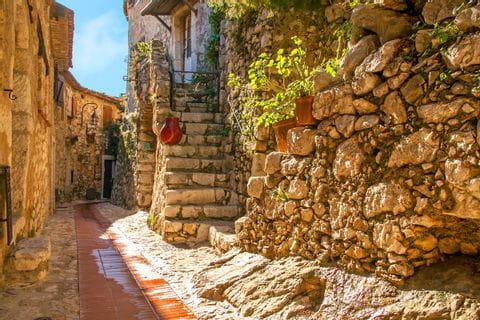 Wandern an der Côte d'Azur durch die schmalen Gassen