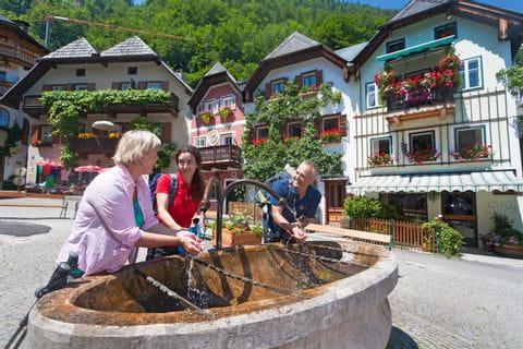 Wanderer bei Trinkpause in Hallstatt