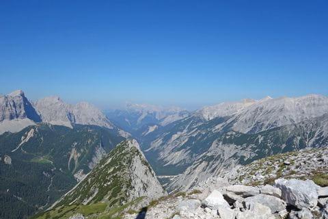 Ausblick auf das Bergpanorama des Karwendelgebirges