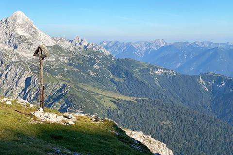 Ausblick auf das Gipfelkreuz mit Bergpanorama