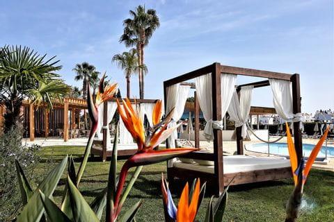 Garten mit Hotelpool