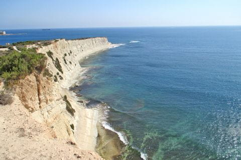 Wanderpfad entlang imposanter Küstenlinien