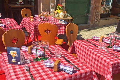 Tischgedeck eines elsässichen Restaurants, Wanderrast