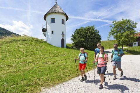 Wanderer beim Wasserturm in Bergham