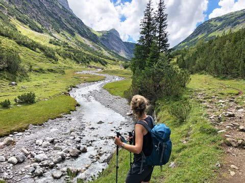 Wanderer am Lechweg mit Ausblick in die Berge